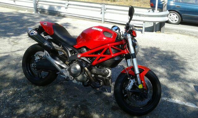 Moto Ducati Monster 696 roja