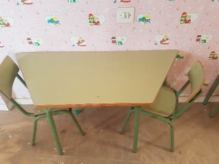 OFERTA LOTE: Pupitre y 2 sillas guardería