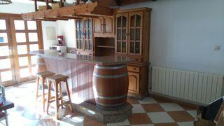 Barra de bar con mueble para vajilla y friega vasos.