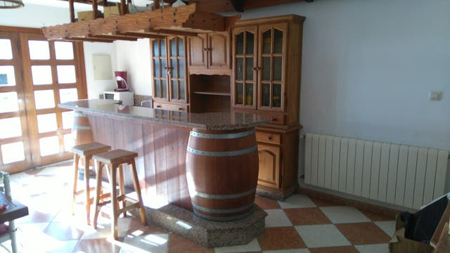 Barra de bar con mueble para vajilla y friega vasos de - Mueble barra bar ...