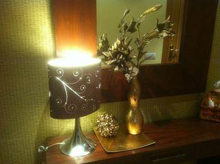 Lampara y jarrón decorativos