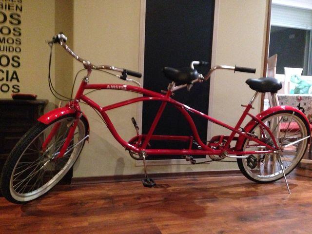 Preciosa bicicleta tándem roja.