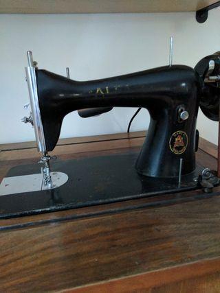 Máquina de coser con mueble de madera