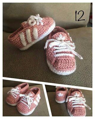 Zapatillas tipo adidas de crochet hechos a mano con lana de