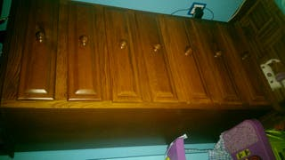 Armario de cajones de madera de pino