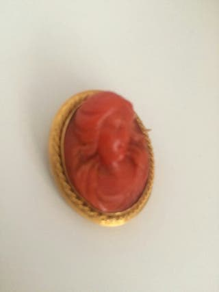 Broche antiguo coral rojo y oro