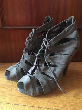 Zapatos grises tiras