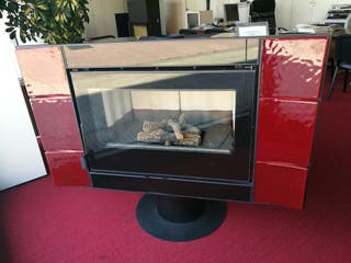 Estufa de leña de diseño orientable roja o negra