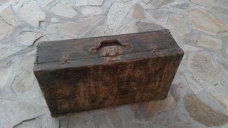 Maleta antigua de madera.