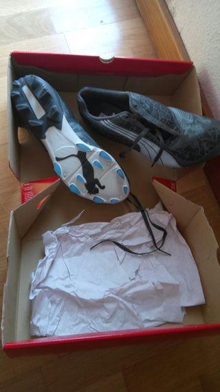 zapatos puma de futbol con tacos.