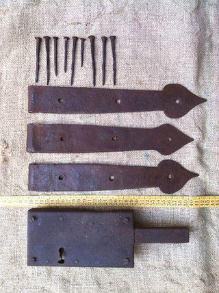 3 bisagras y cerradura antigua
