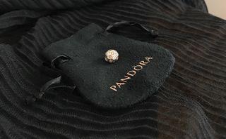 Charm Pandora con brillantes de perla y nacarados