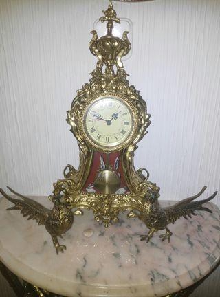 Reloj bronce y dos pavos