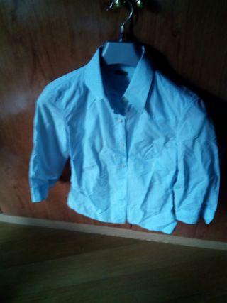 Bonita camisa talla S entallada en la cintura.