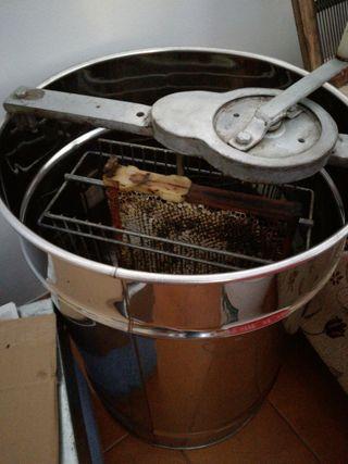 Extractor de miel y colmenas