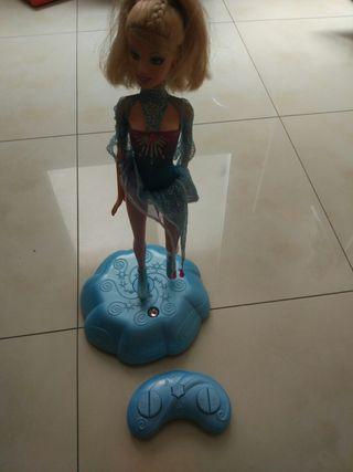 Barbie patinadora sobre hielo remoto