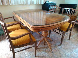 Mesa de madera maciza y sillas.