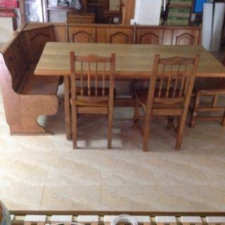 Mesa, banco corrido y sillas