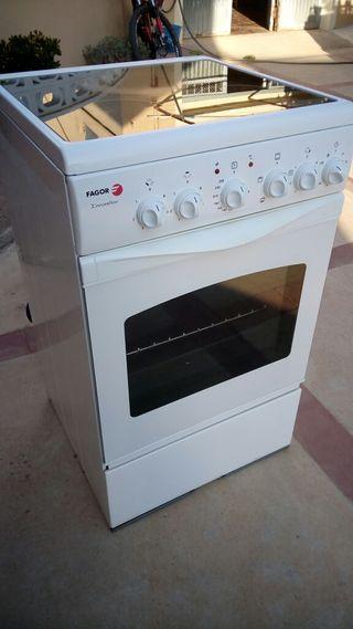 Cocina con vitro y horno incorporado.