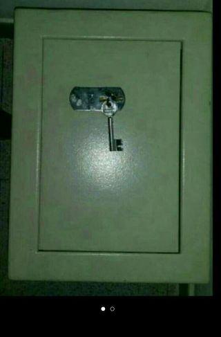 Caja fuerte con sus llaves