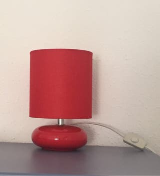 Lampara de mesa roja con bombilla