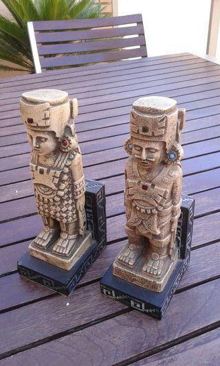 Sujeta libros figuras mayas