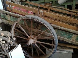 Antiguo carro de bueyes con ruedas macizas.