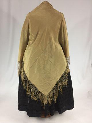 Mantón de seda antiguo. color dorado