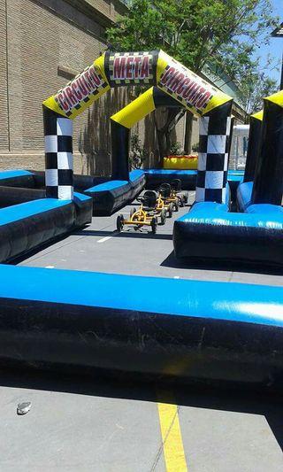Circuito de karts hinchable.