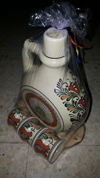 Jarra y vasitos de licor