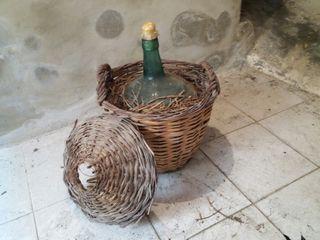 Damajuana garrafa antigua de vidrio y mimbre