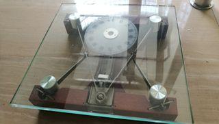 báscula de cristal y madera