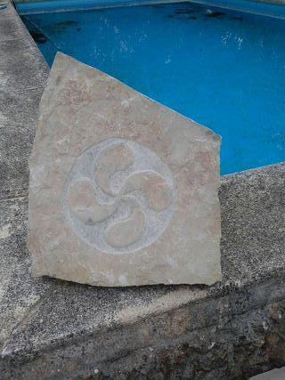 Lauburu, relieve tallado en piedra