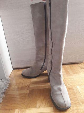 Botas altas de ante color crema. Talla 40.