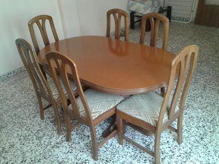 Muebles comedor. Mesa y sillas.