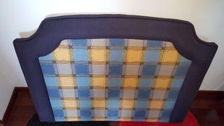 Cabecero de cama tapizado en tela.