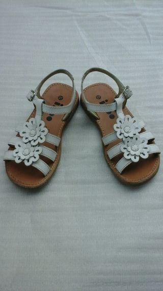 sandalias blancas niña