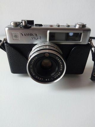 Cámara fotos Yashica MG-1 en su funda y flash