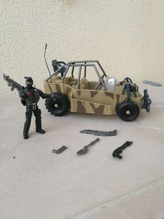 muñeco acción, coche, mochila y armas