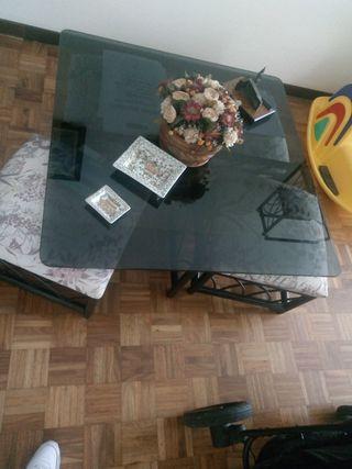 mesa con 4 taburetes madera y cristal