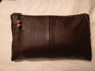 Bolso de mano de piel marrón