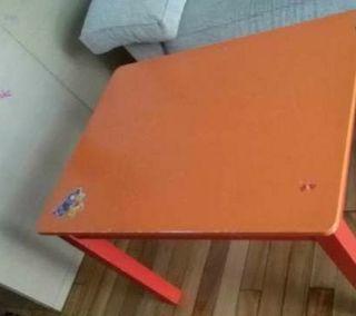 Mesa infantil de colores