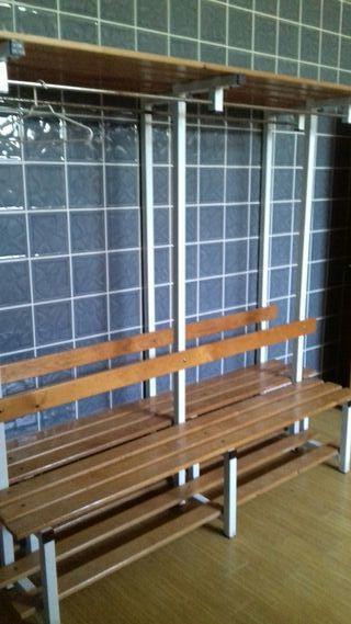 3 bancos de madera con perchero. dimensiones 2x2m