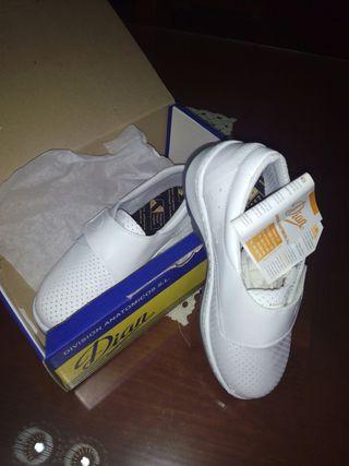 Dos pares de zapatos nuevos de trabajo