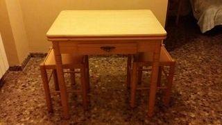Mesa y 2 taburetes