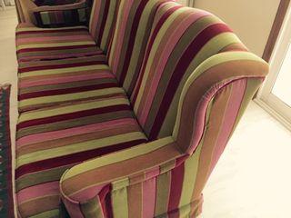 Sofá de rayas de tres plazas