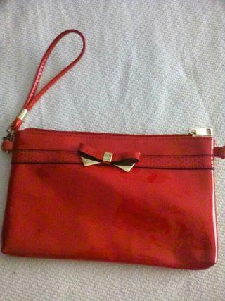 bolso rojo de mano