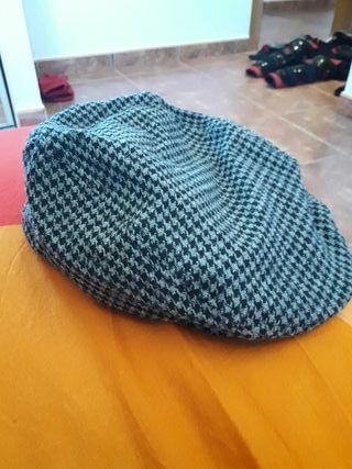 gorra negra y gris a cuadros