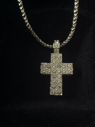 Cruz de Swarovski con su cadena