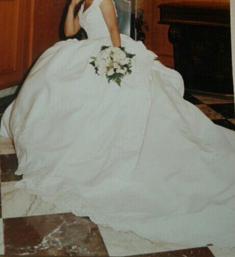 se vende vestido de novia,es de pronovias . de segunda mano por 198
